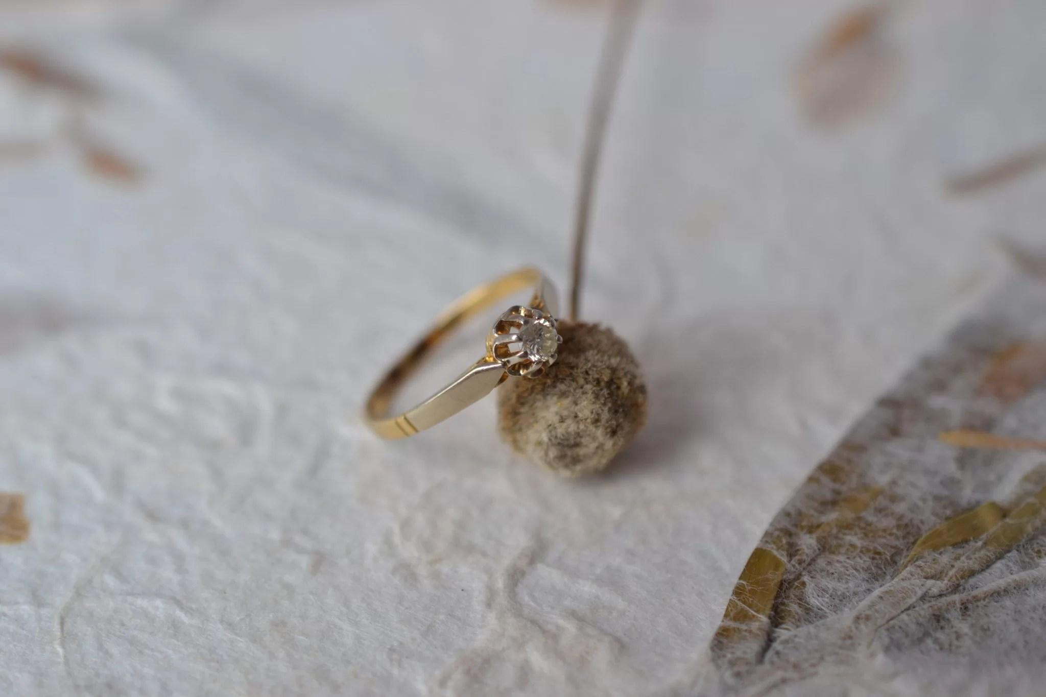 Bague En Or Blanc Présentant Un Diamant En Solitaire Sur Un Anneau En Or Jaune - Bijou Rétro