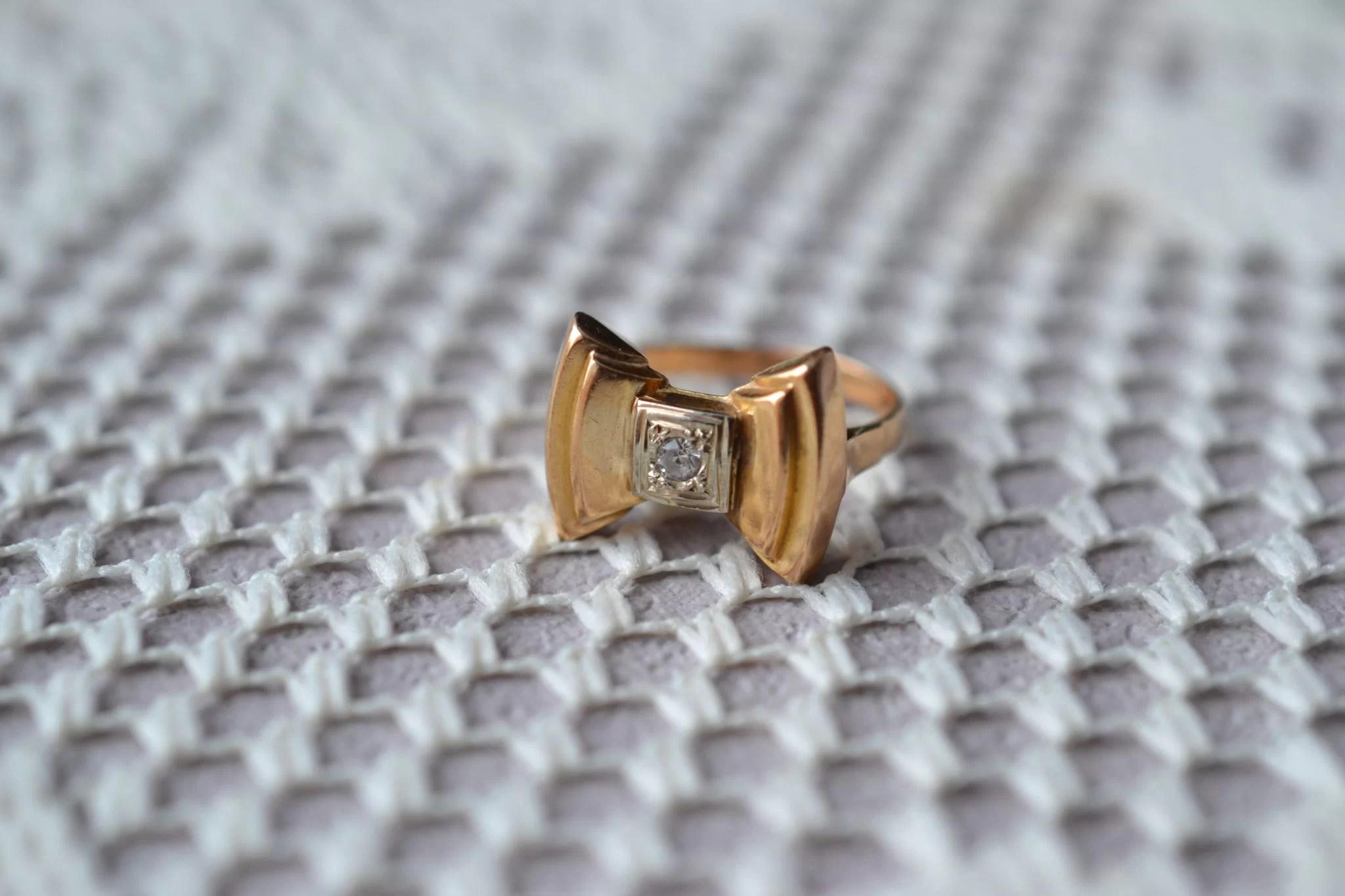 Bague en Or jaune et Or blanc en forme de nœud papillon sertie d_une pierre blanche - bague ancienne