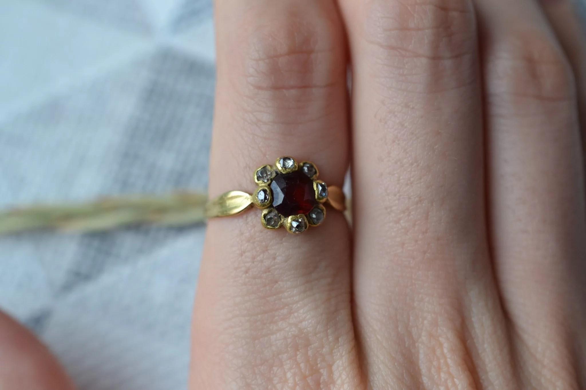 Bague en Or sertie d_un grenat central entouré de 8 diamants - bague de fiançailles Vintage