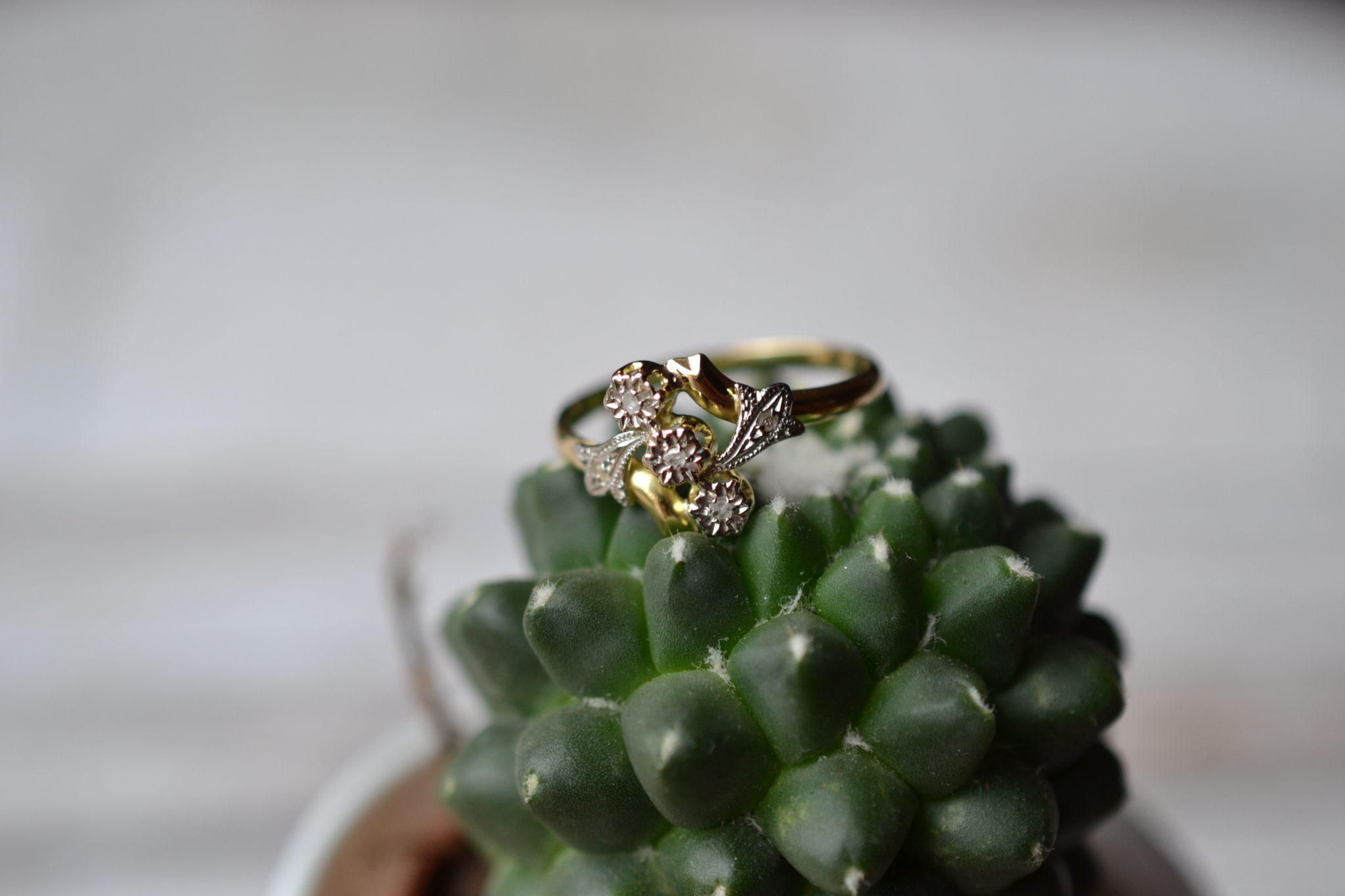 Bague Art Nouveau Fleurettes En Or Jaune Et Or Blanc, Ornée De 5 Diamants Dont 3 Centraux - Bague Ancienne