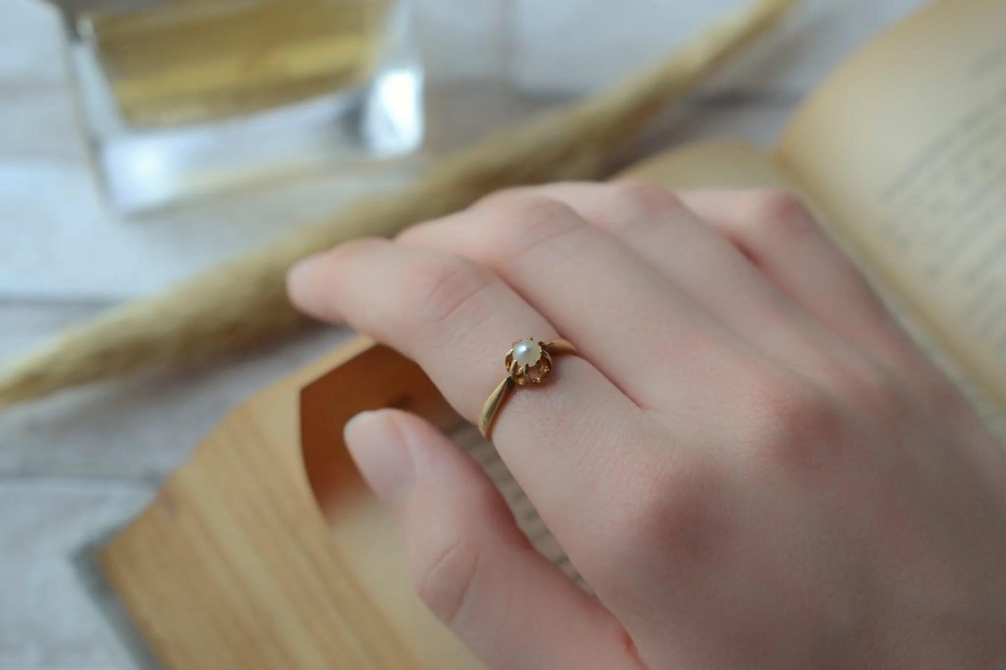 Bague Solitaire en Or jaune griffée d_une perle blanche - bague éthique
