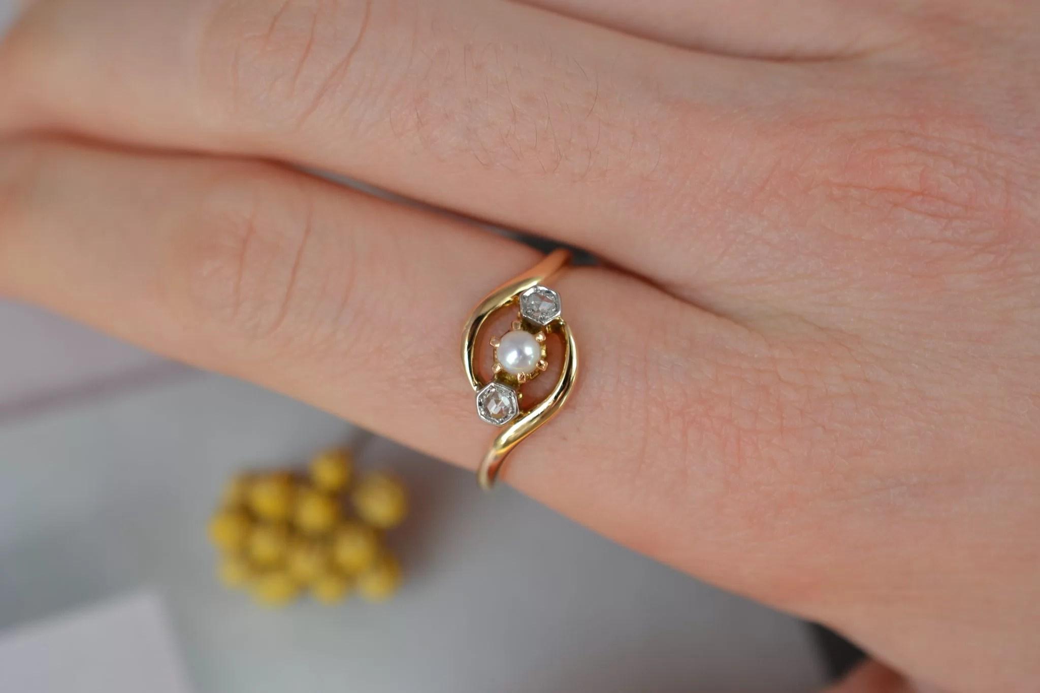Bague _Toi et Moi_ Belle Époque en Or jaune, sertie de deux roses de diamant et d_une petite perle - bague de seconde main