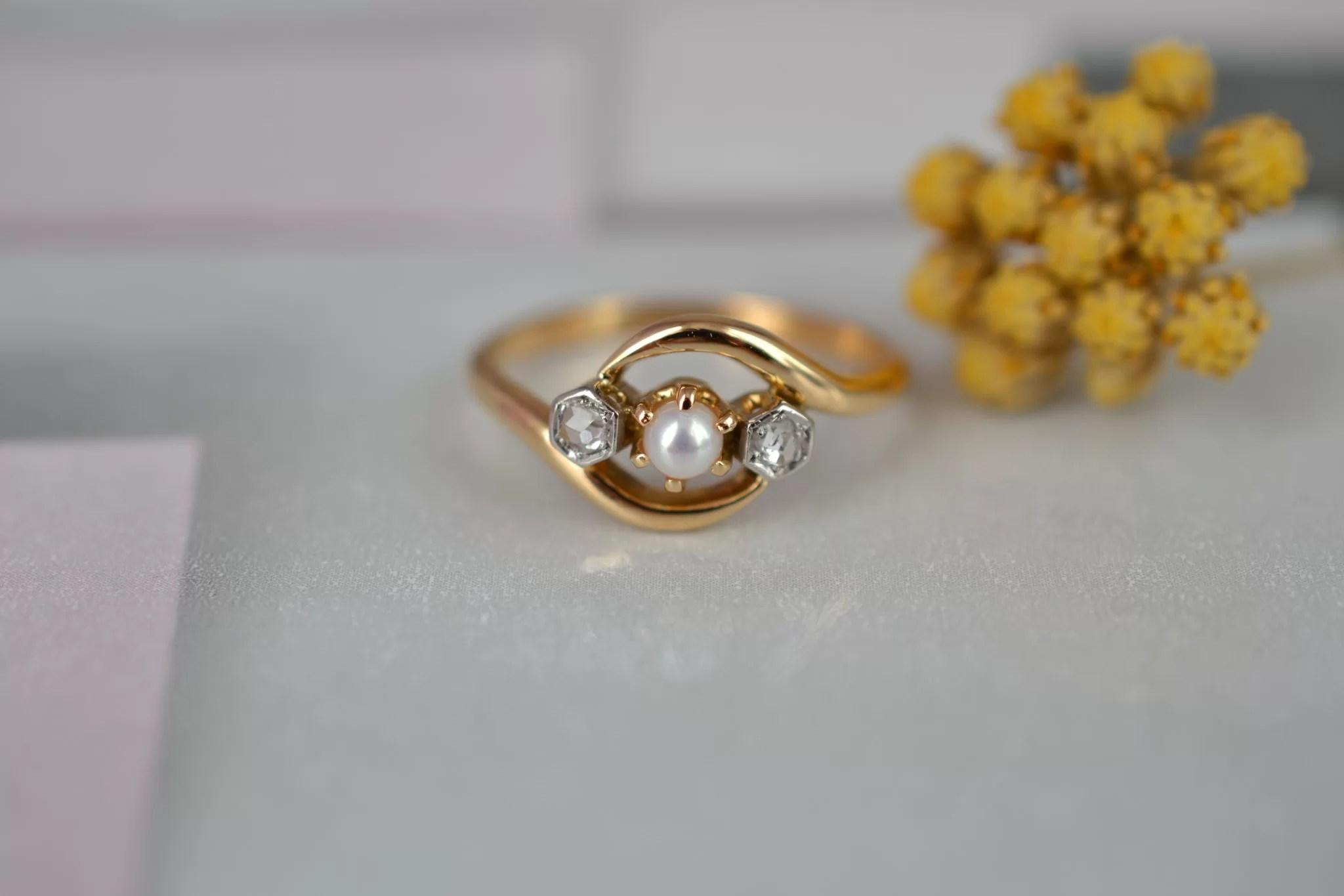 Bague _Toi Et Moi_ Belle Époque En Or Jaune, Sertie De Deux Roses De Diamant Et D_une Petite Perle - Bague éthique