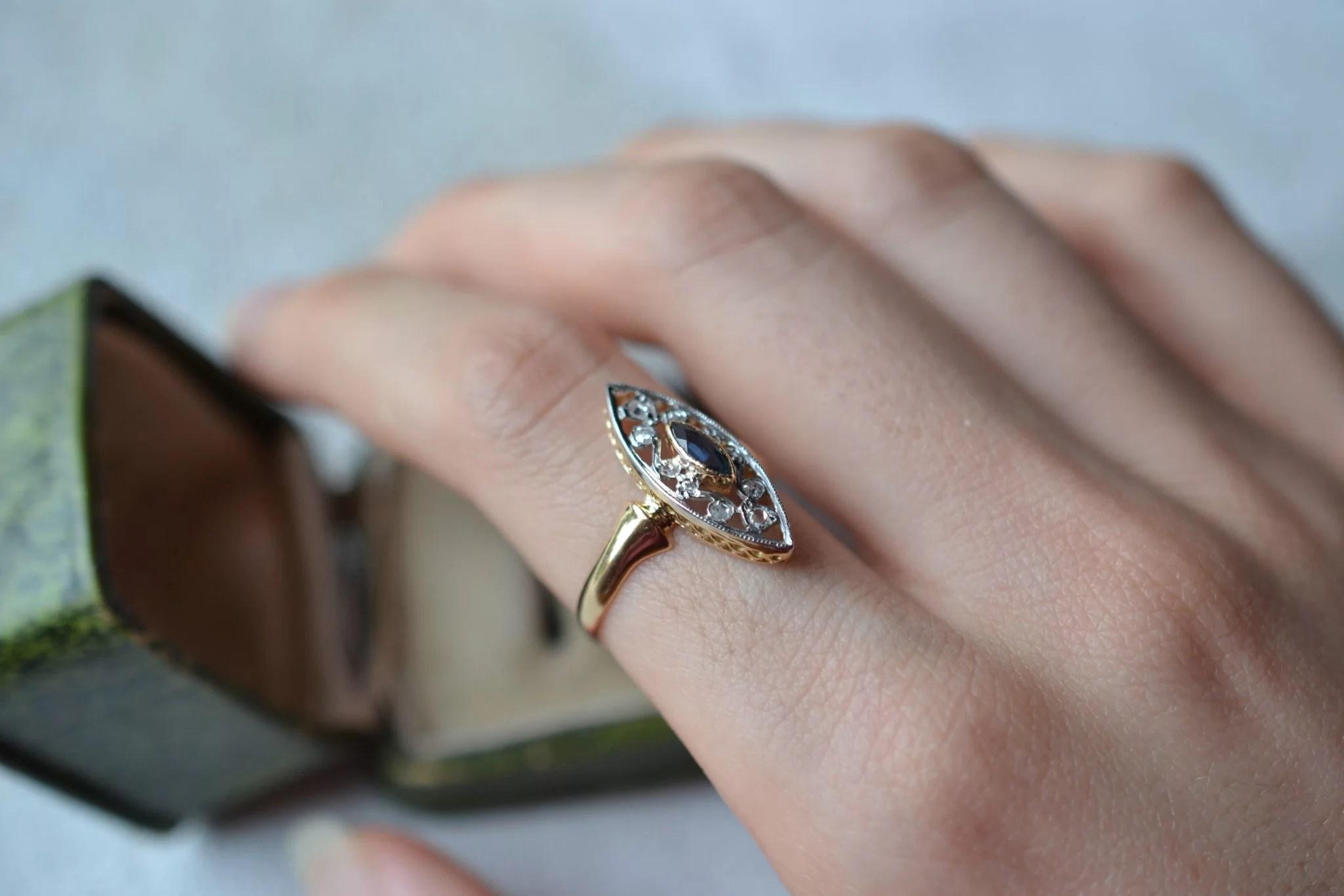 Bague en Or jaune et Or blanc, de forme Marquise, sertie d_un saphir de taille navette facettée et ponctuée de diamants de taille rose - bague éthique