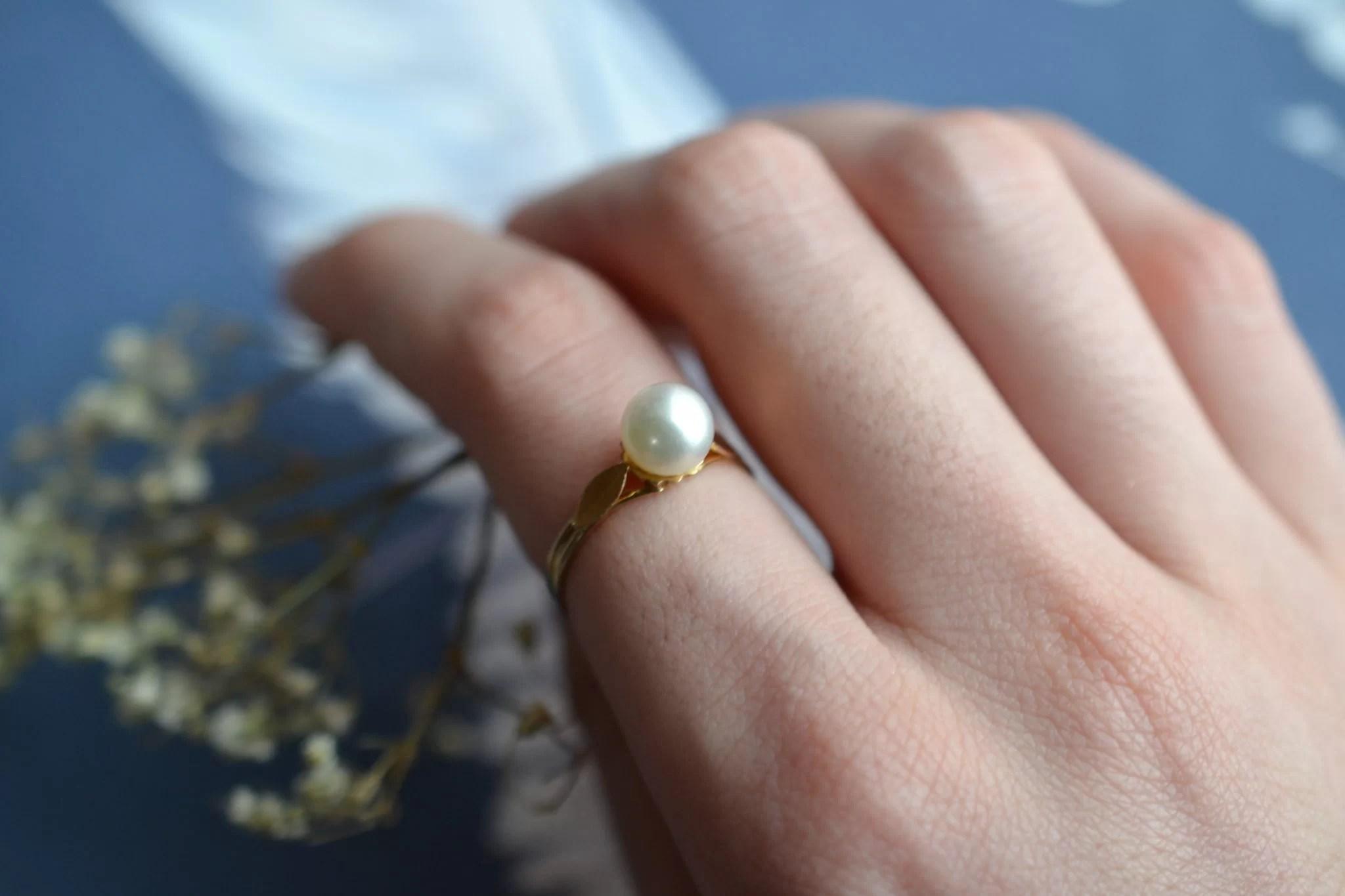 Bague en Or jaune ornée d_une perle - bague de seconde main