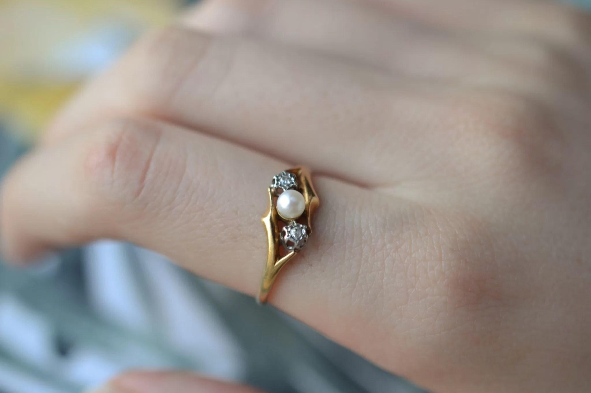Bague en Or jaune ornée d_une perle bouton entourée de 2 diamants - bague de seconde main
