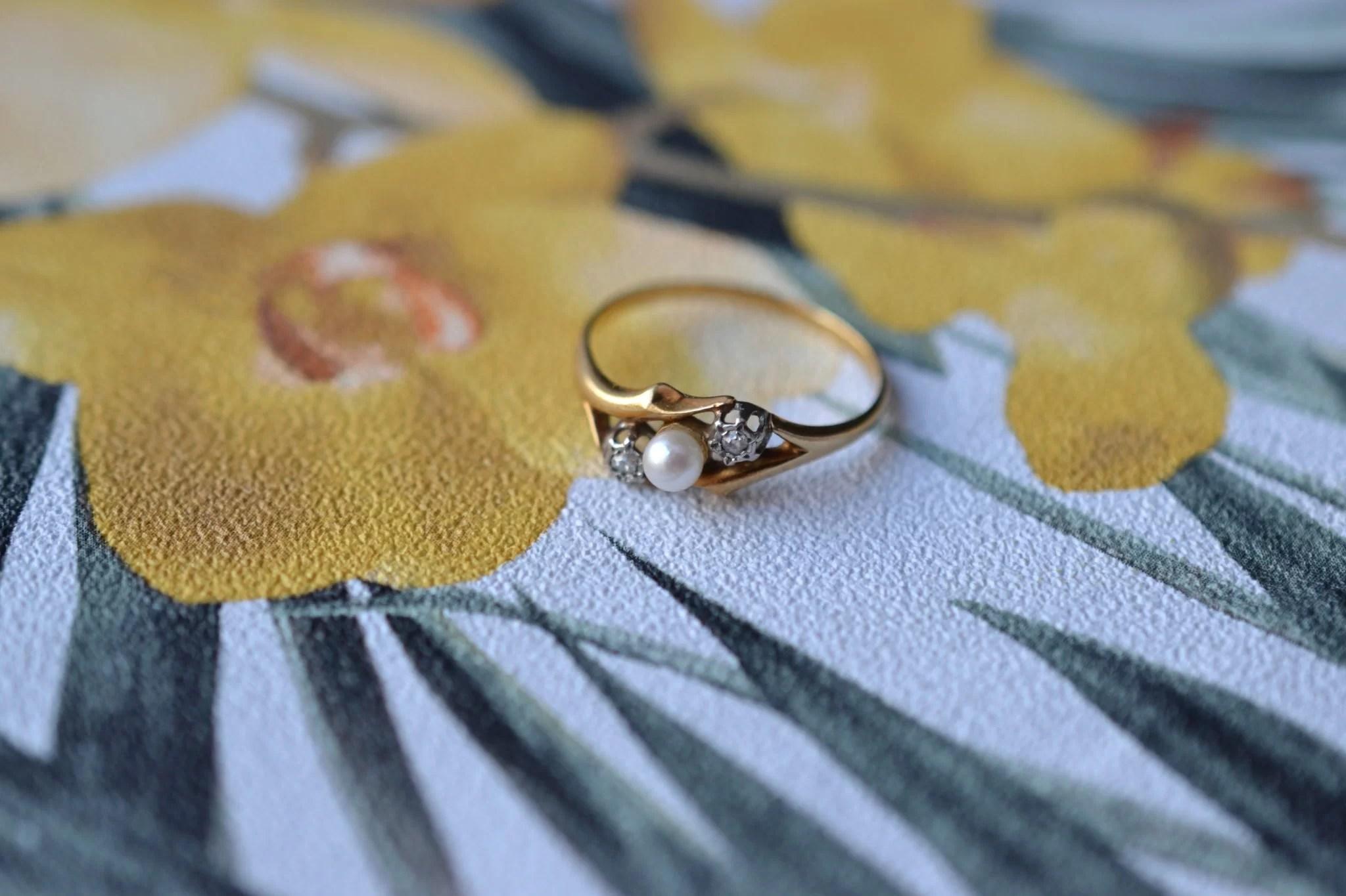 Bague en Or jaune ornée d_une perle bouton entourée de 2 diamants - bague éthique