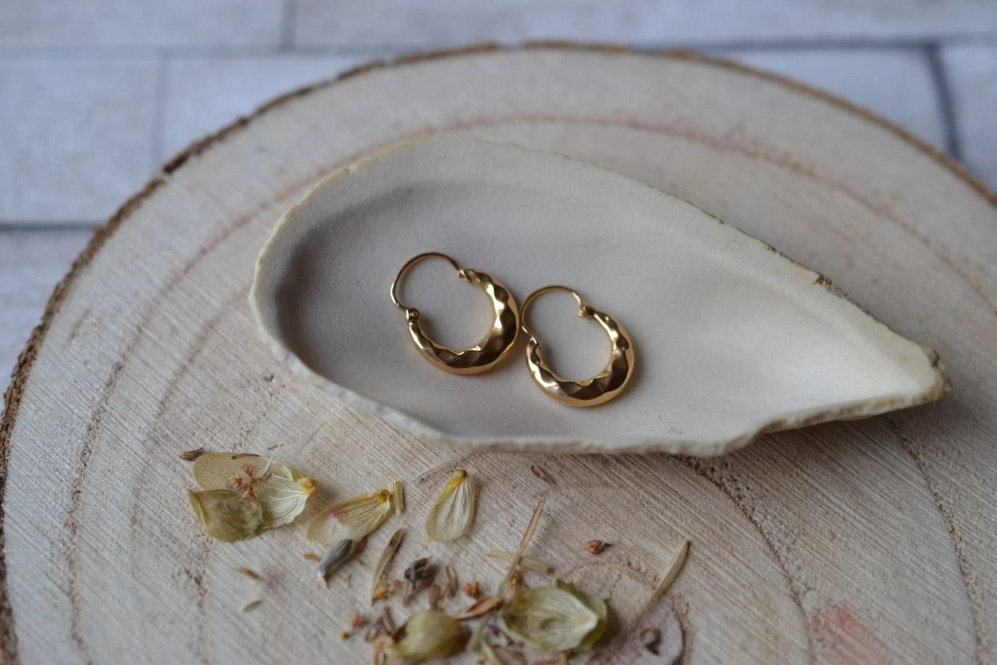Paire de légères Créoles en Or jaune décorées de facettes - paire de boucles d_oreilles Vintage