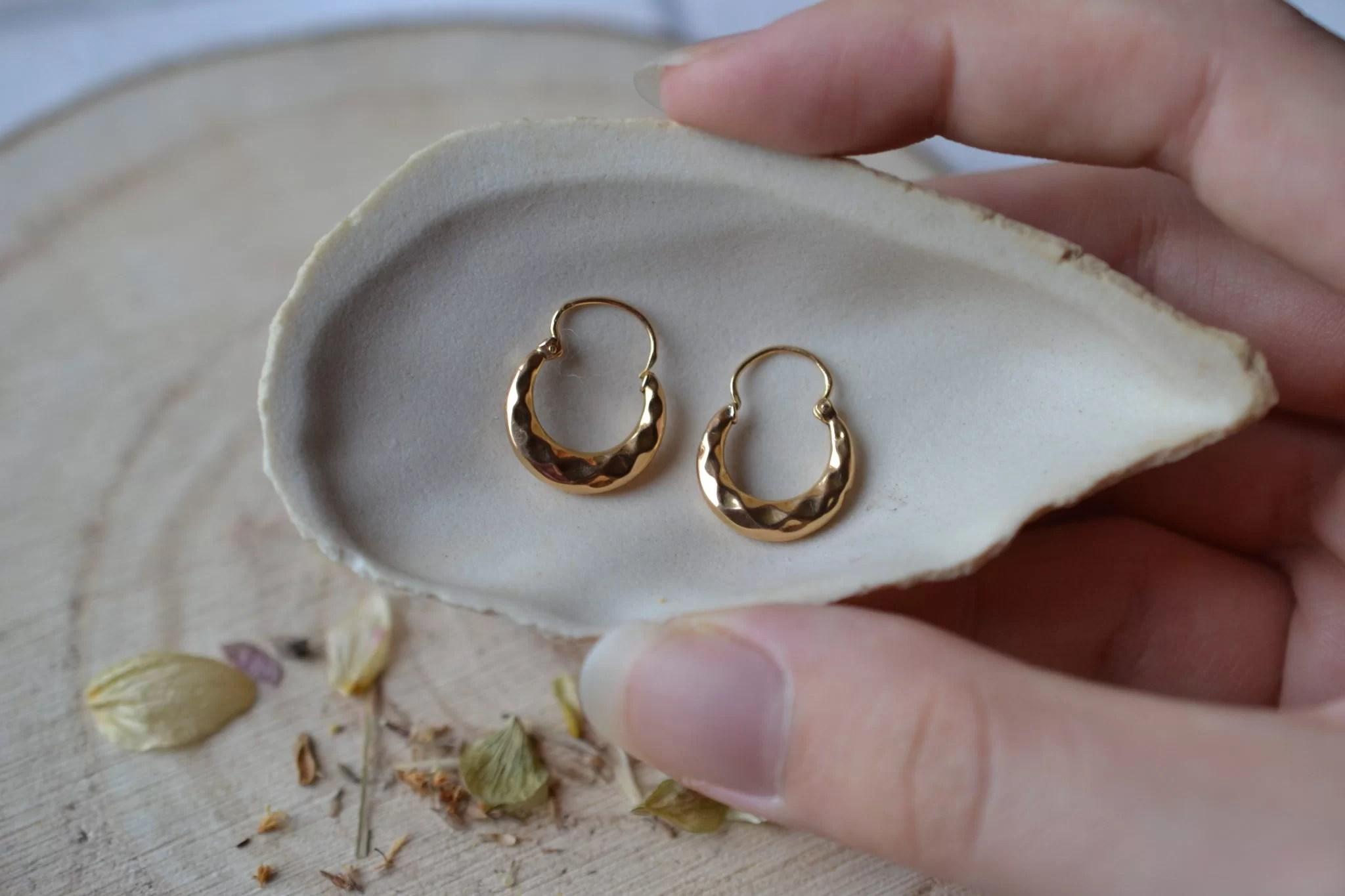 Paire de légères Créoles en Or jaune décorées de facettes - paire de boucles d_oreilles de seconde main