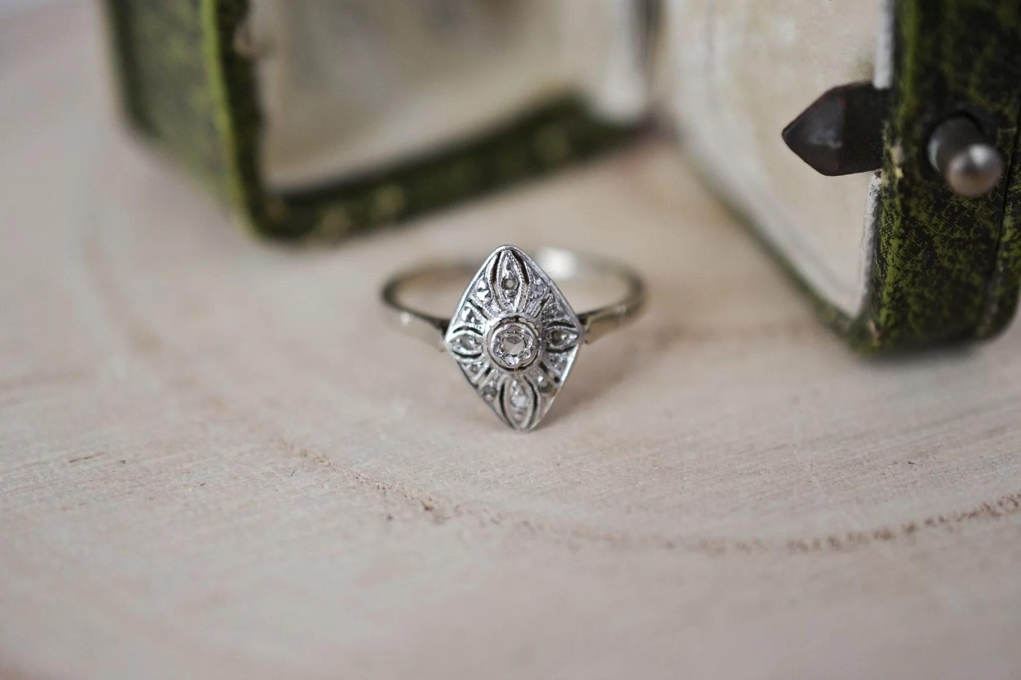 Bague en Or blanc et platine habillé d_un chaton en forme de losange aux motifs floraux, ornée de pierres blanches - bague rétro