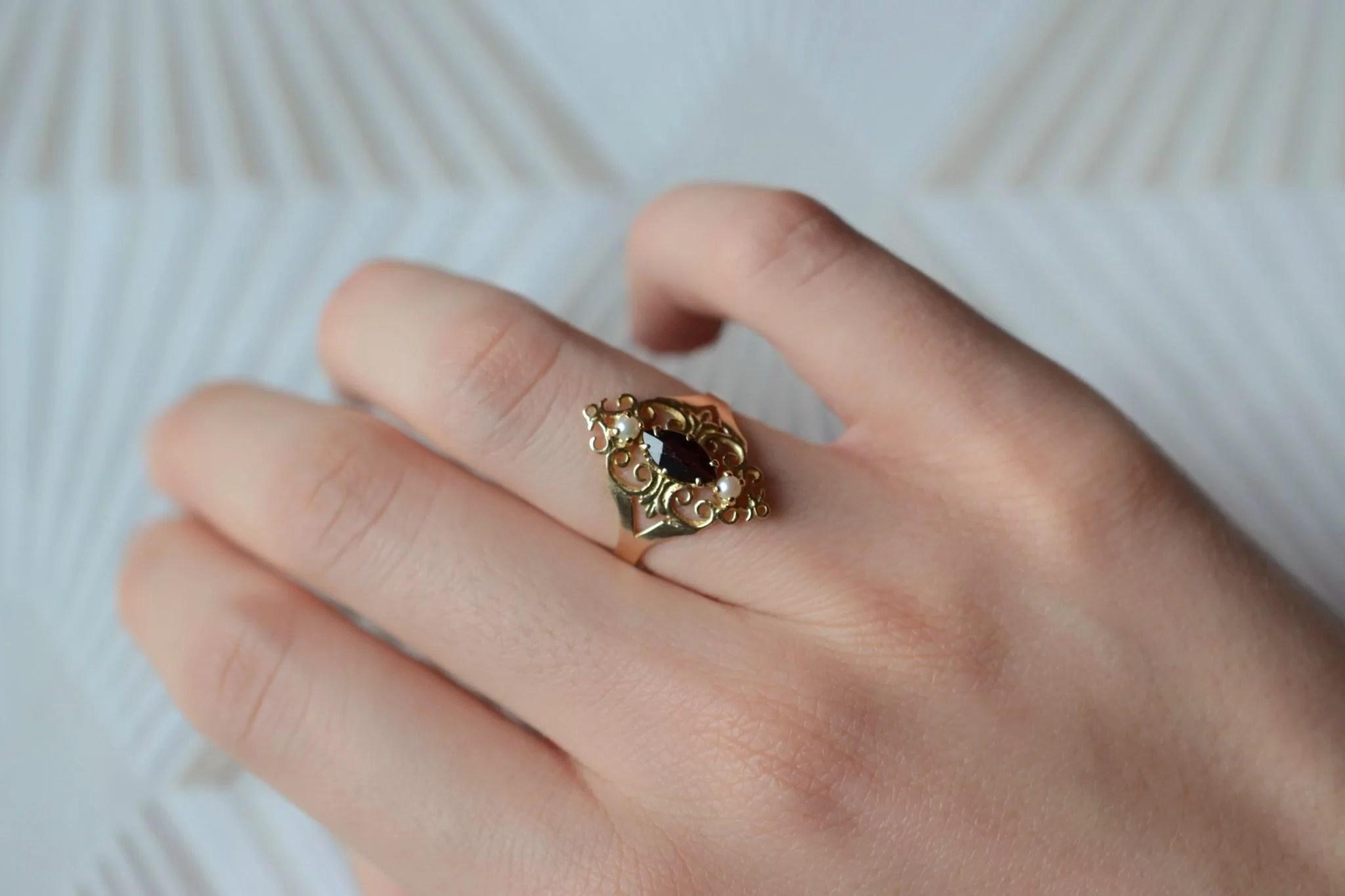 Bague en Or jaune ornée d_une pierre bordeaux accompagnée de deux perles - bague éthique