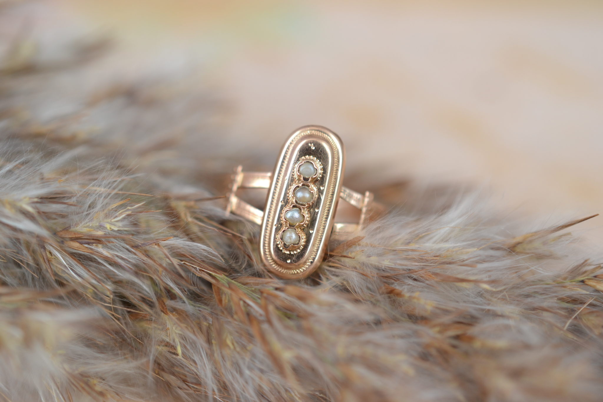 Bague en Or jaune sertie de petites perles sur un motif oblong, datant du XIXème siècle - bague de fiançailles Vintage