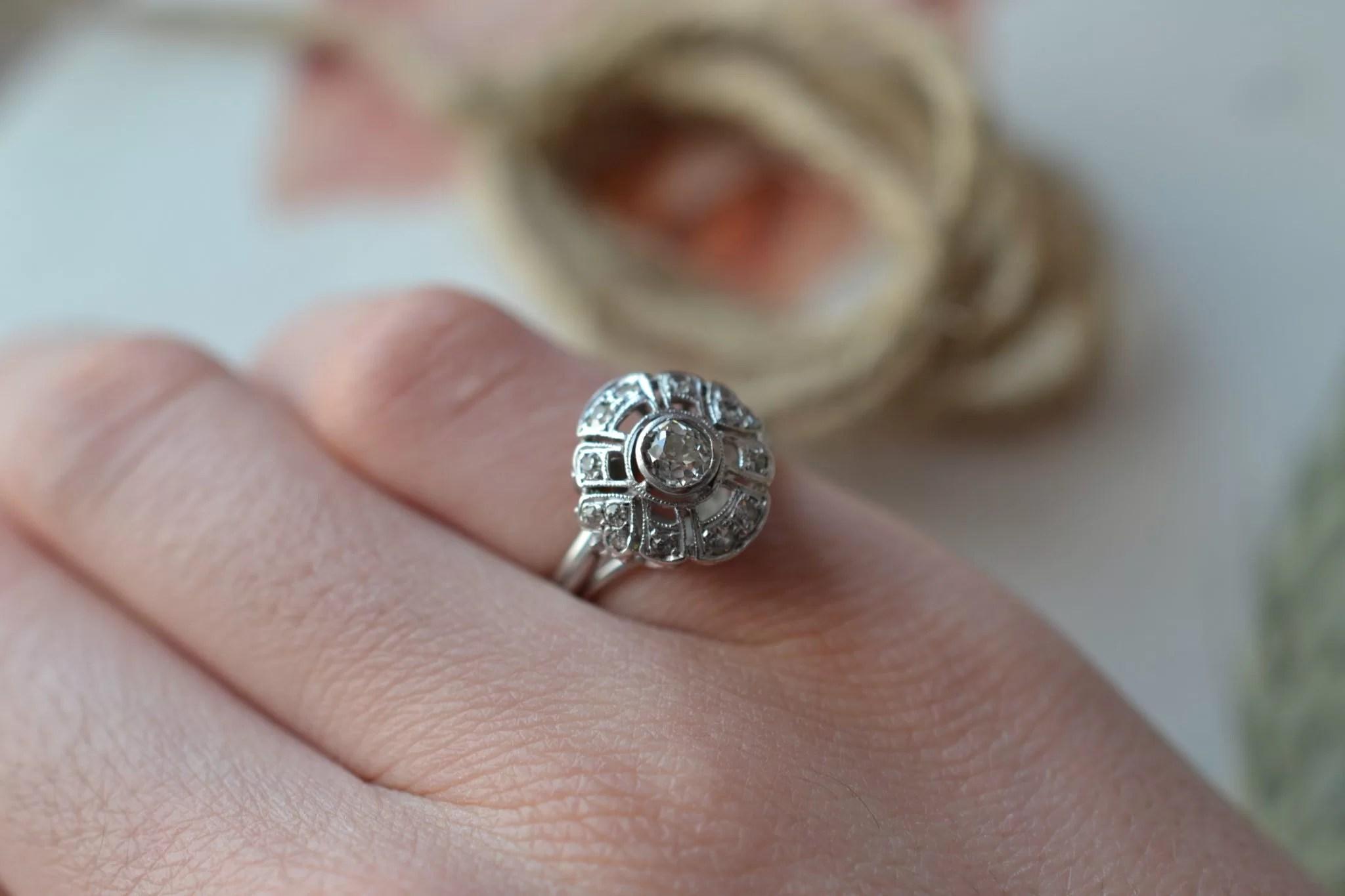 Bague solitaire en Or blanc sertie d_un diamant dans un entourage de brillants - bague éthique