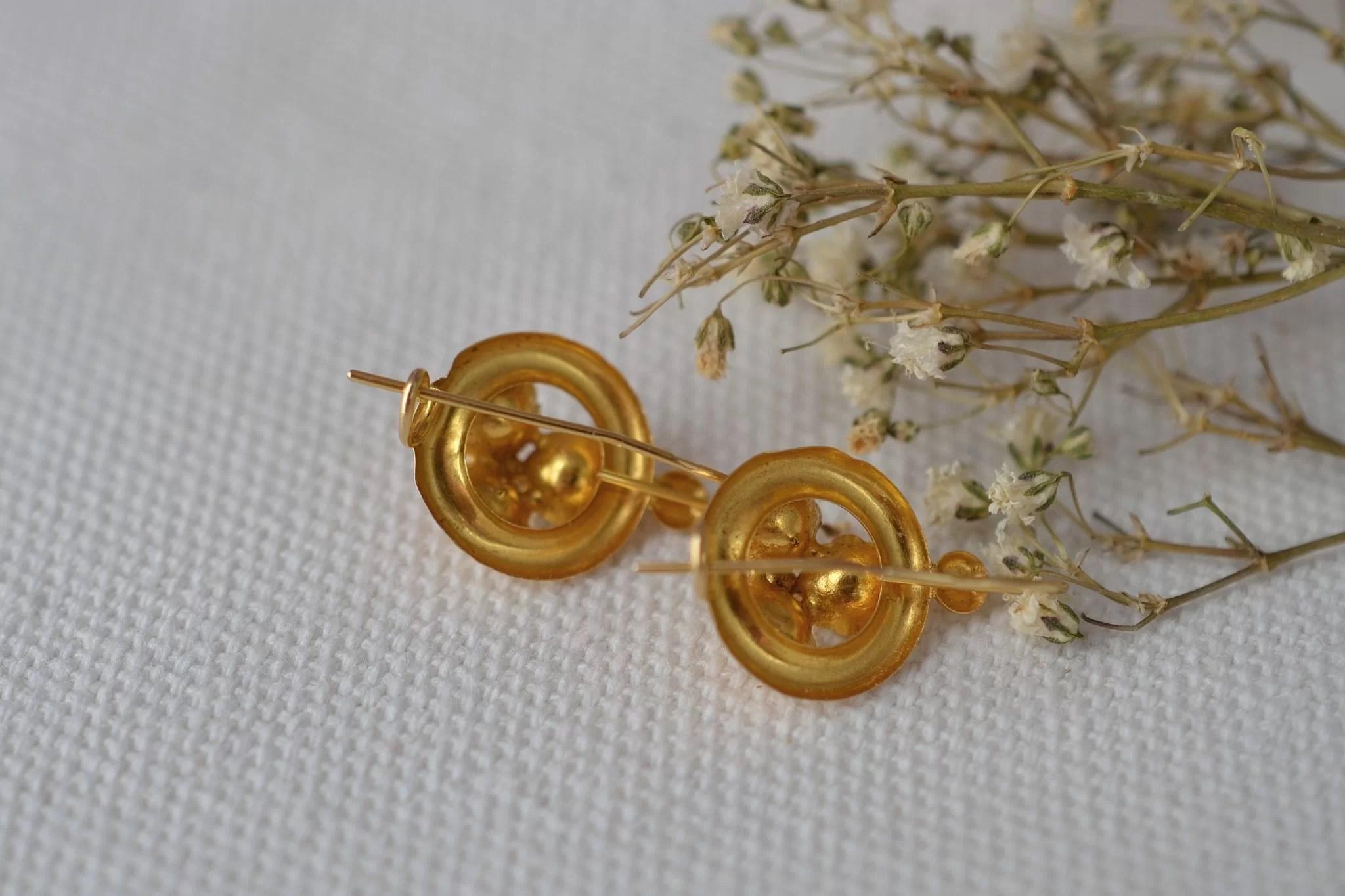 Paire de dormeuses ajourées en Or jaune, à décor d_orchidées - boucles d_oreilles anciennes