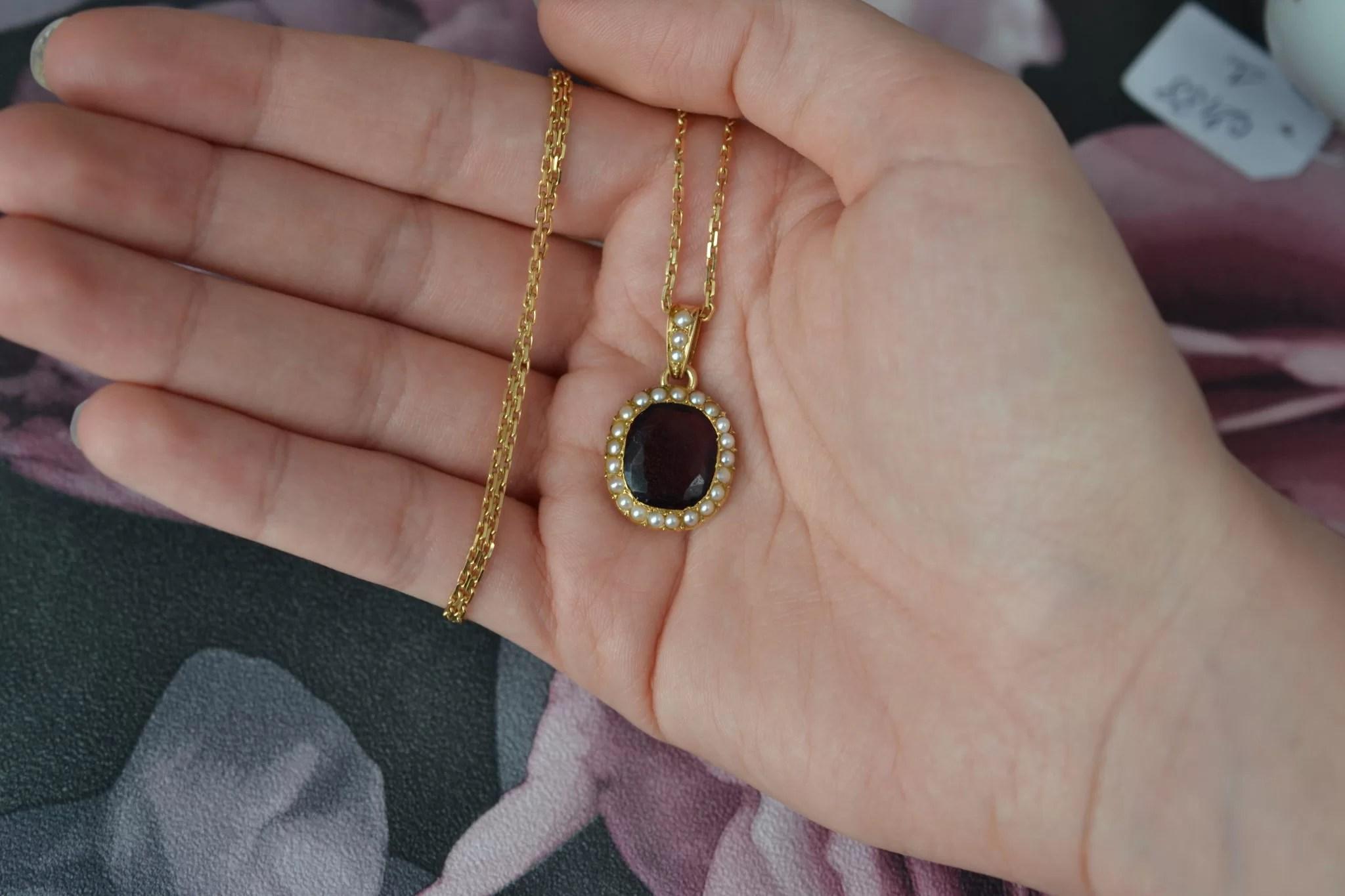 Pendentif en Or jaune serti d_une verrerie couleur grenat et perles fantaisies - bijou éthique