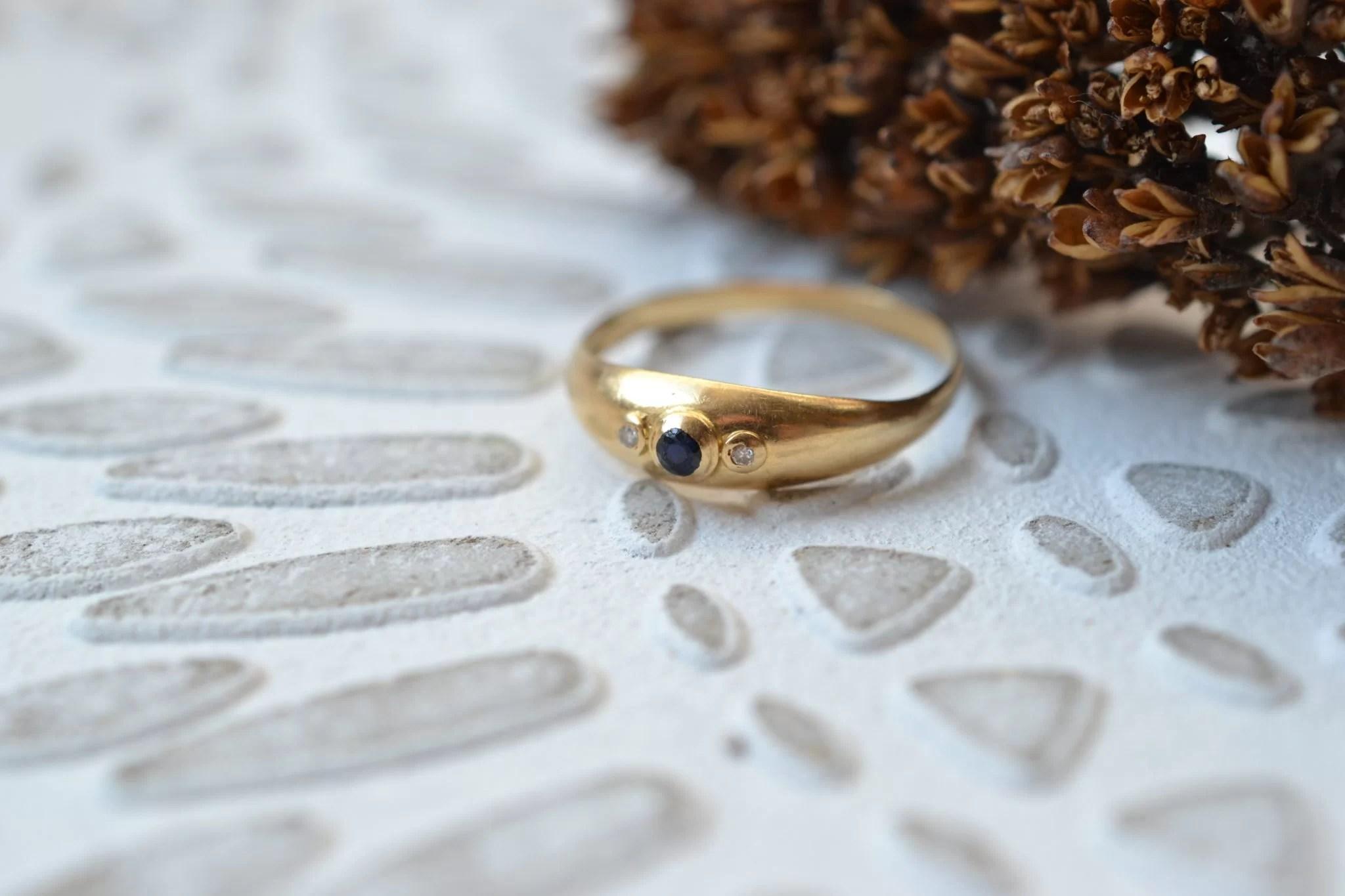 Bague Jonc En Or Jaune Ornée D_un Saphir épaulé De 2 Diamants - Bague D_occasion
