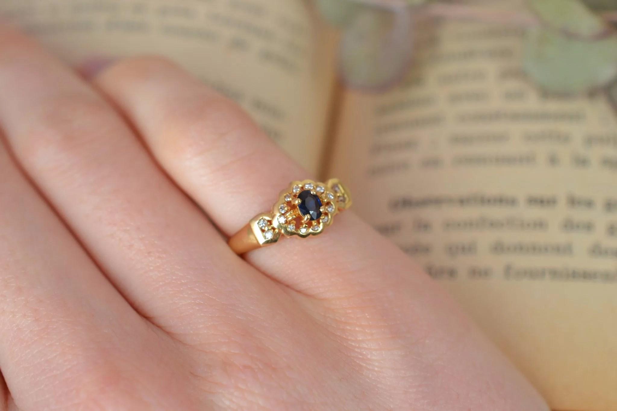 Bague en Or jaune sertie d_un saphir sur un entourage de diamants - bague ancienne