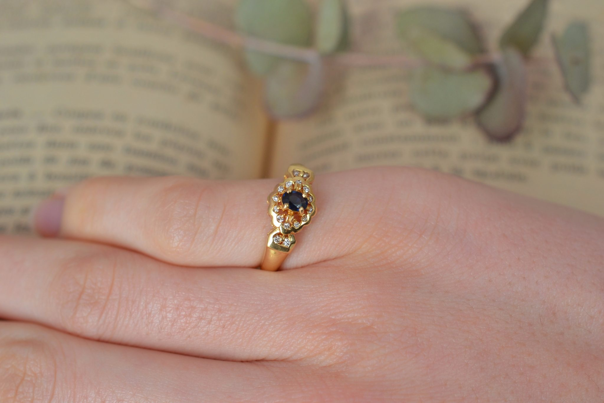 Bague en Or jaune sertie d_un saphir sur un entourage de diamants - bague de seconde main