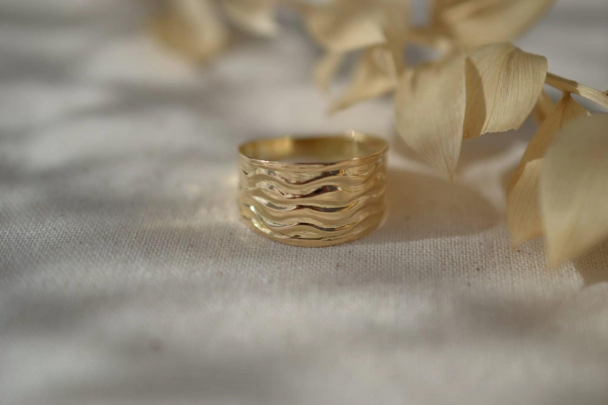 Bague simple et minimaliste en Or jaune, détails ondulés - bague Vintage