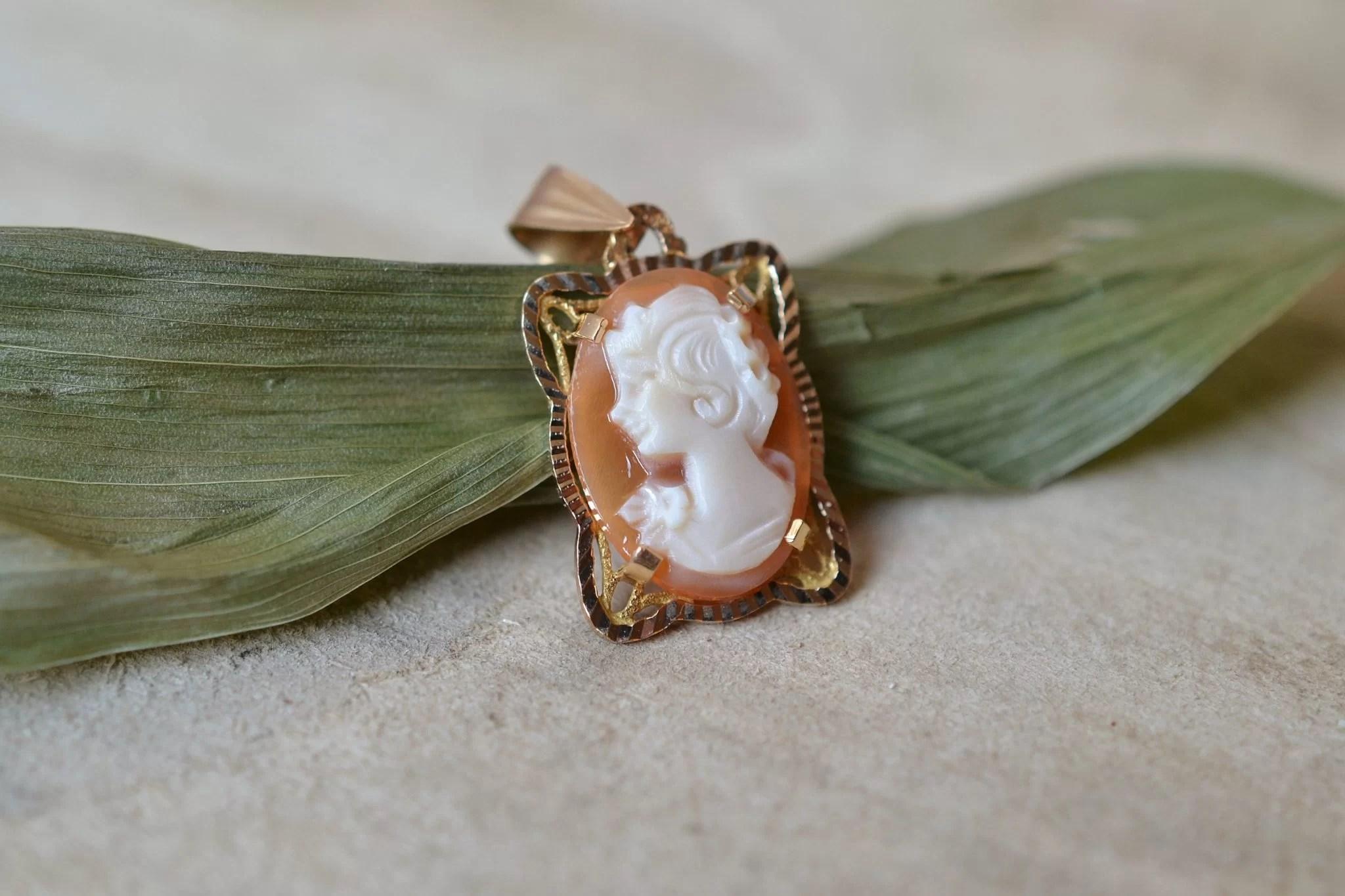 Pendentif en Or jaune serti d_un camé coquille à décor de femme en buste - Bijou de seconde main