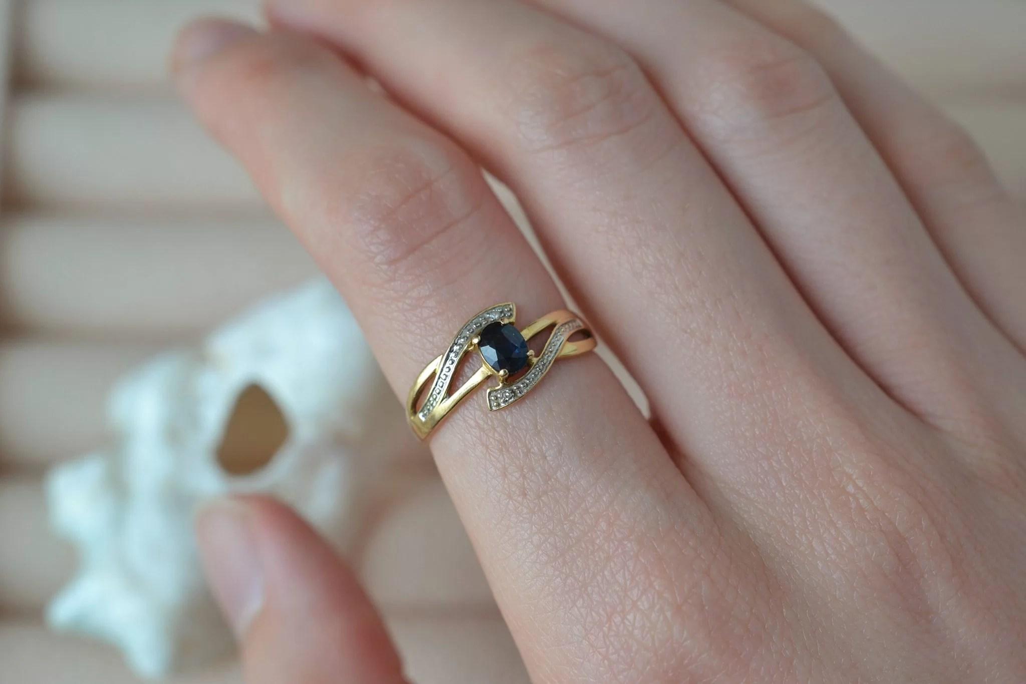 Bague ajourée en Or jaune et Or blanc sertie d_un saphir et de deux petits diamants - bague éthique et éco-responsable