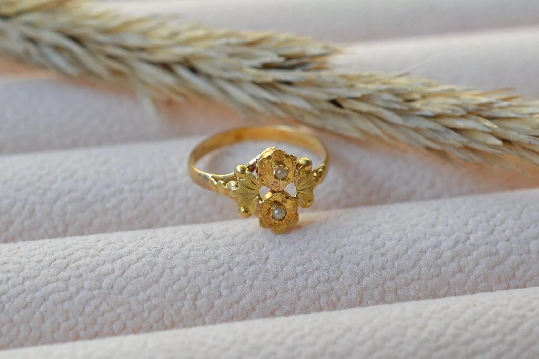 Bague ancienne en Or jaune à motifs de fleurs serties de petites perles - bague rétro