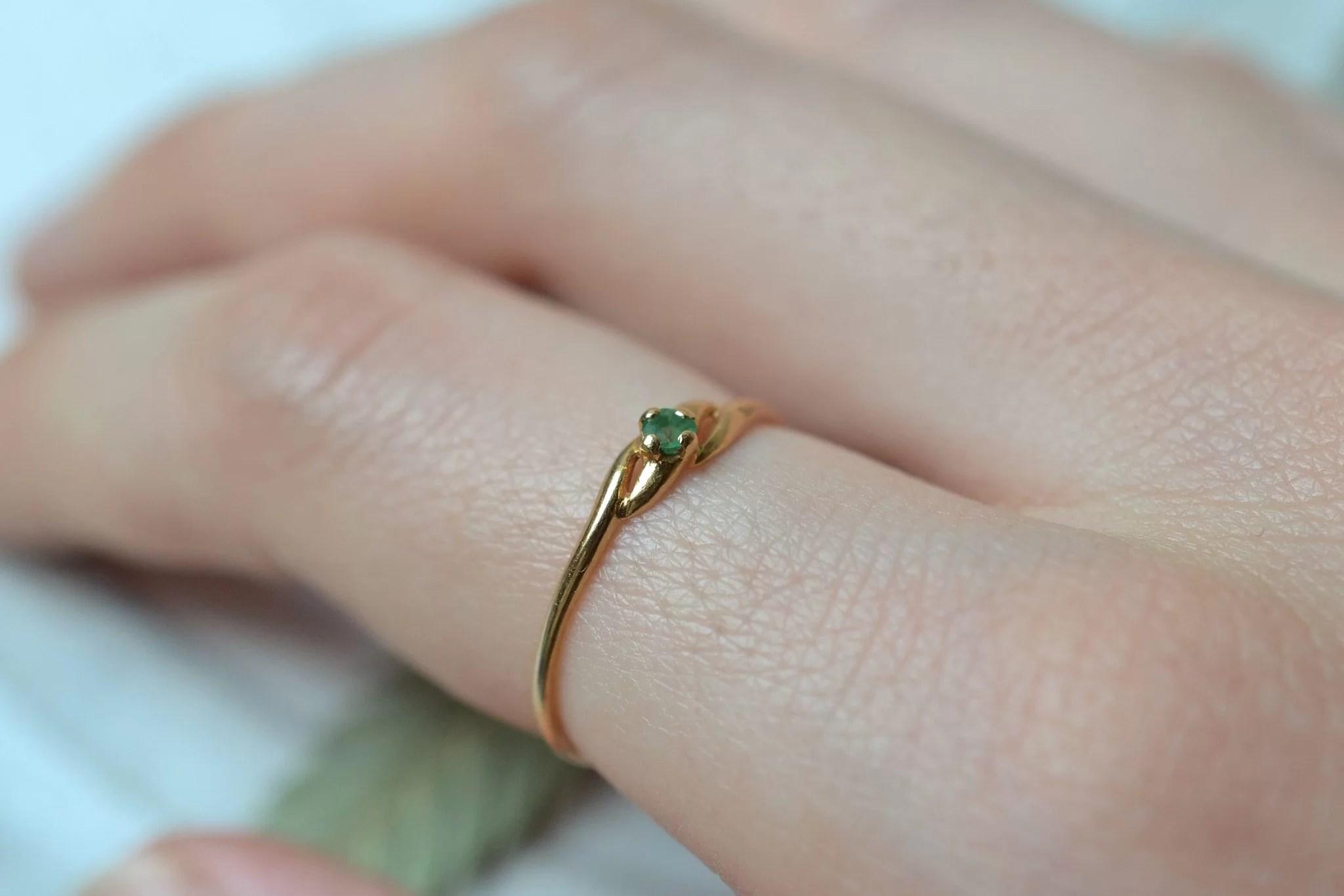 Bague en Or jaune sertie d_une petite pierre verte - bague rétro