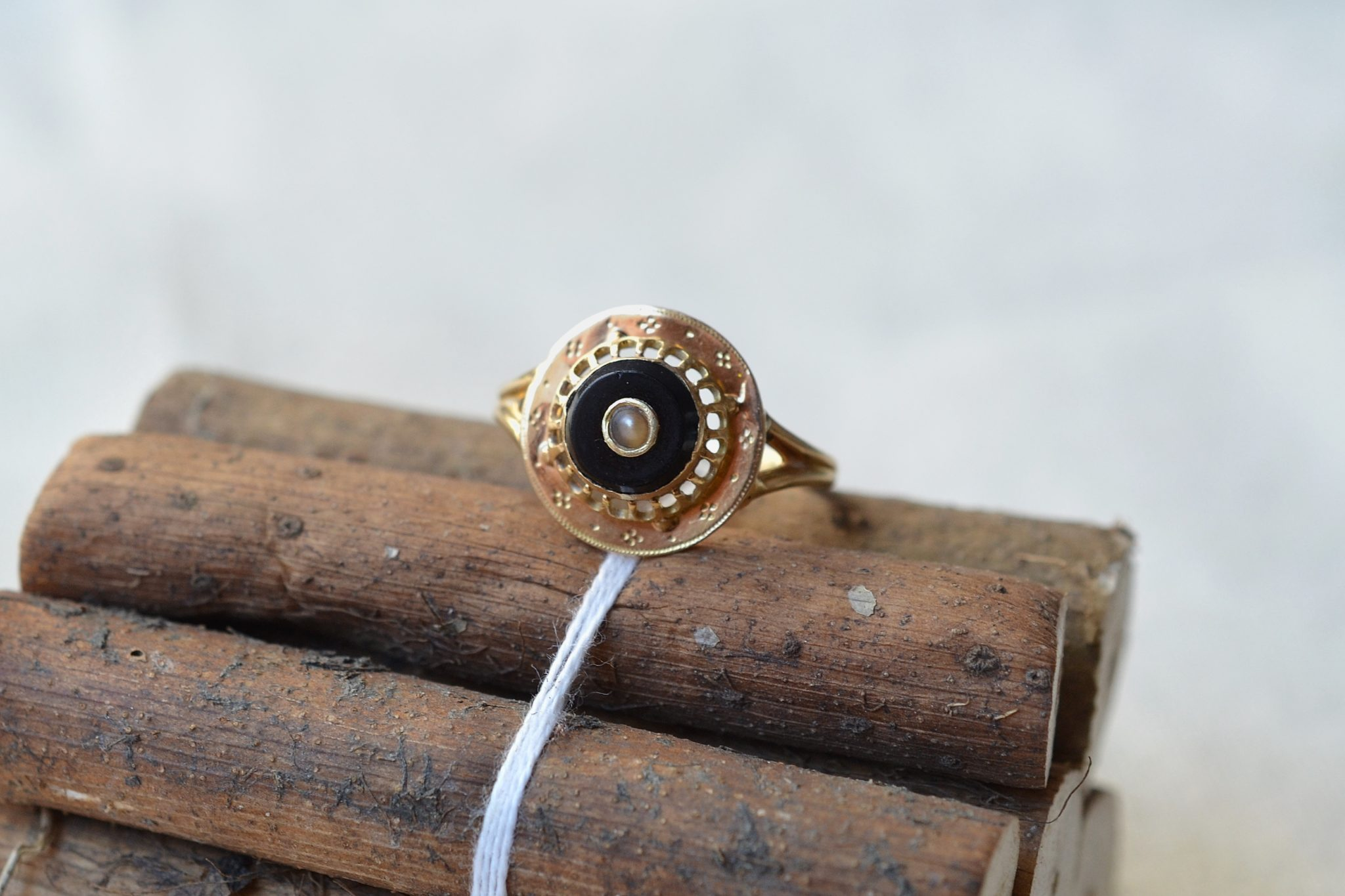 Bague en Or jaune sertie d_une plaque d_onyx noir centrée d_une perle baroque - bague éthique et éco-responsable