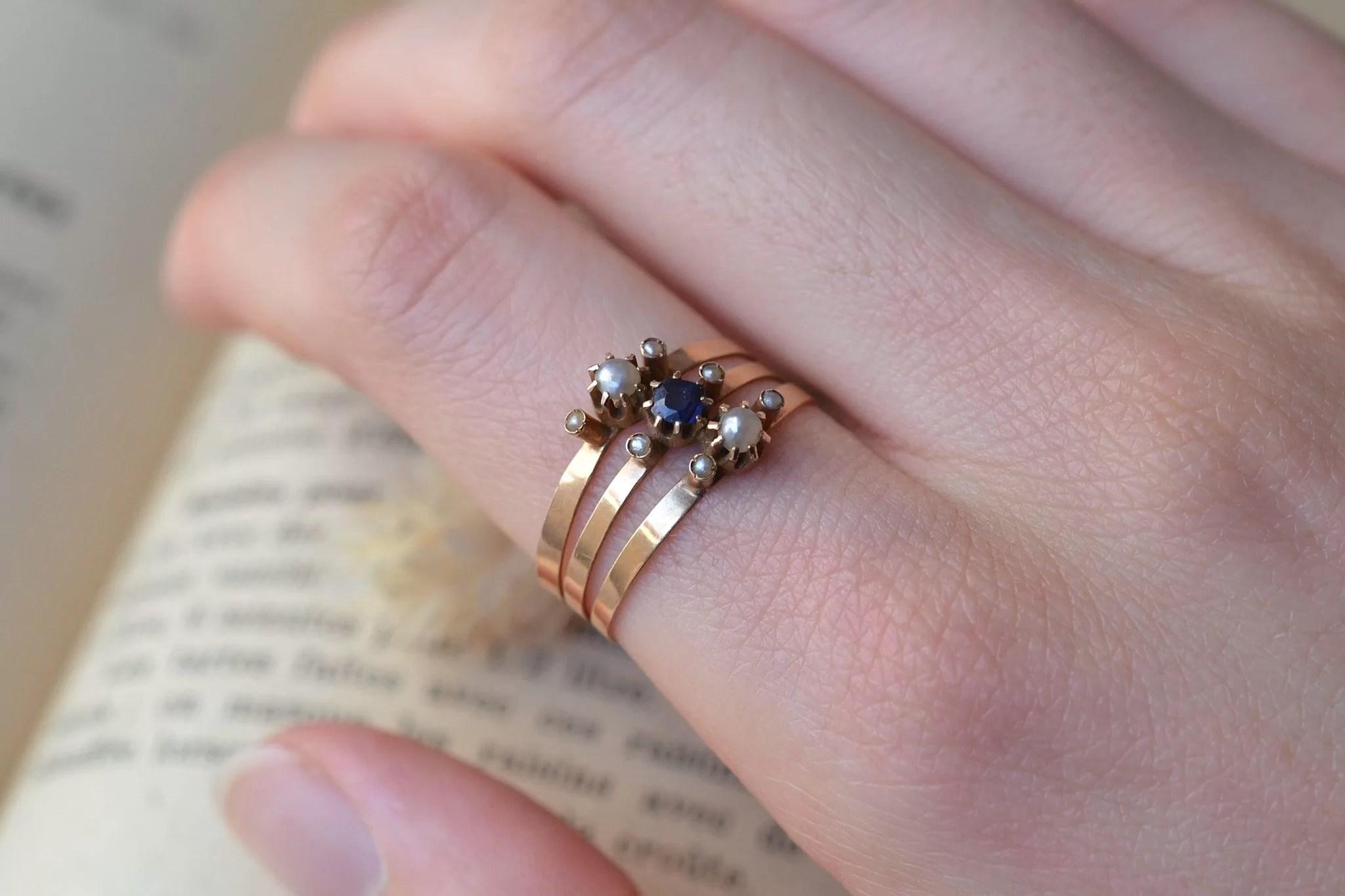 Bague en Or jaune sertie de perles et d_une pierre bleue centrale. Fin XIXe-début XXe - bague d_occasion