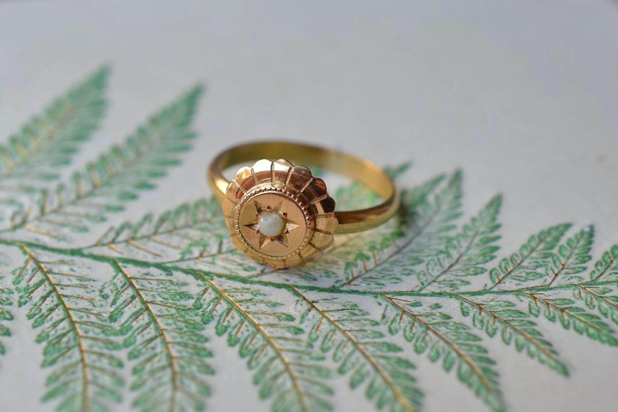 Bague monture en Or jaune, au plateau circulaire ciselé et ornée d_une demi-perle de culture - bague ancienne
