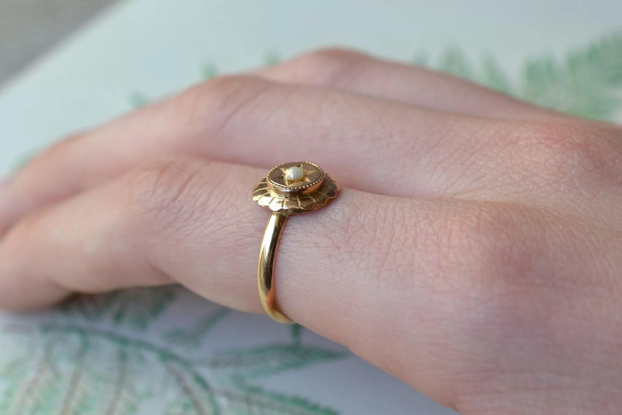 Bague monture en Or jaune, au plateau circulaire ciselé et ornée d_une demi-perle de culture - bague de fiançailles Vintage