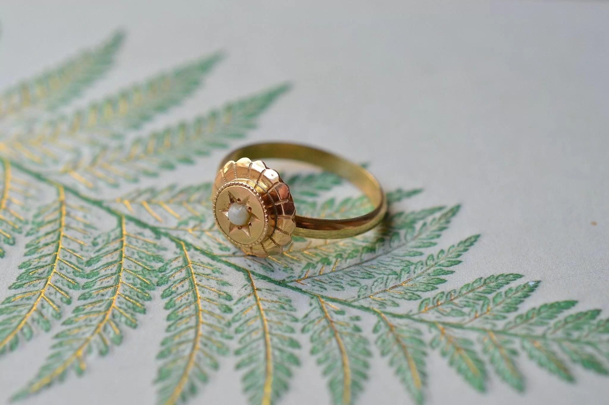 Bague monture en Or jaune, au plateau circulaire ciselé et ornée d_une demi-perle de culture - bague éthique et éco-responsable