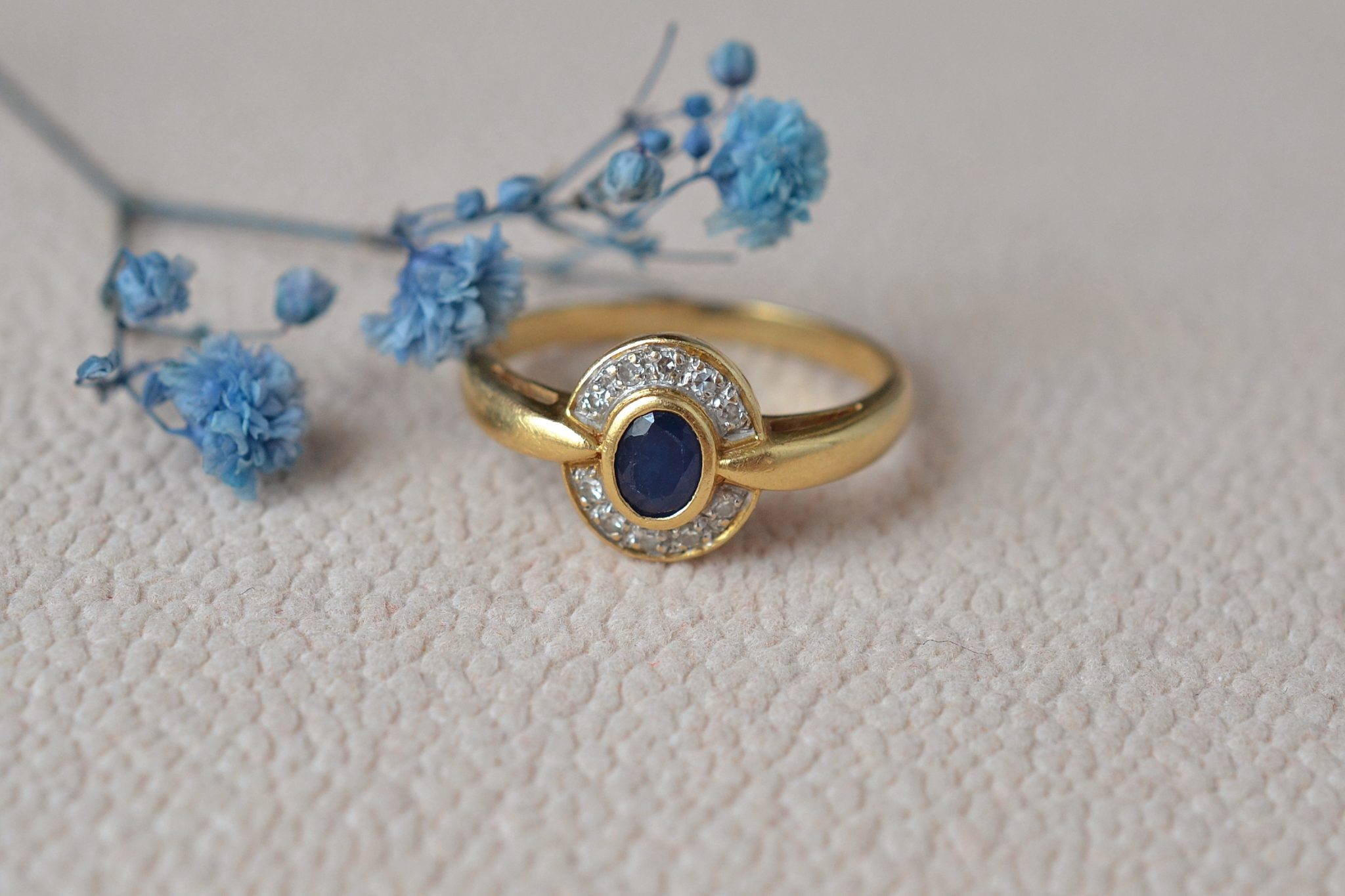 Bague monture en Or jaune sertie d_un saphir dans un entourage de diamants taille 8_8 - bague de fiançailles Vintage