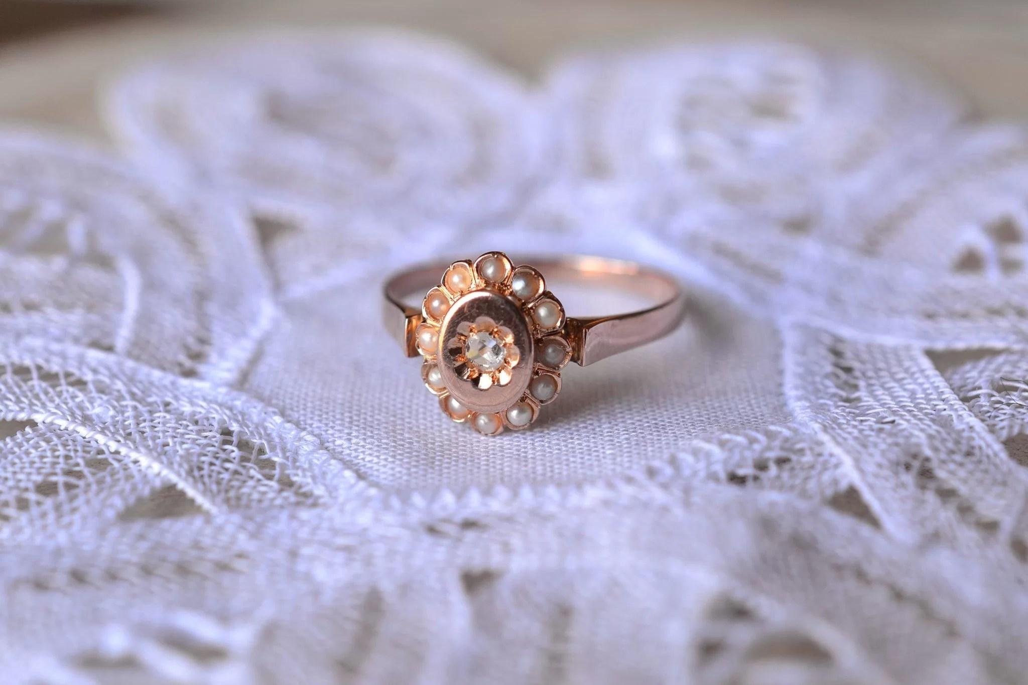 Bague En Or Rose Sertie D_un Diamant Dans Un Entourage De Perle - Bague De Seconde Main