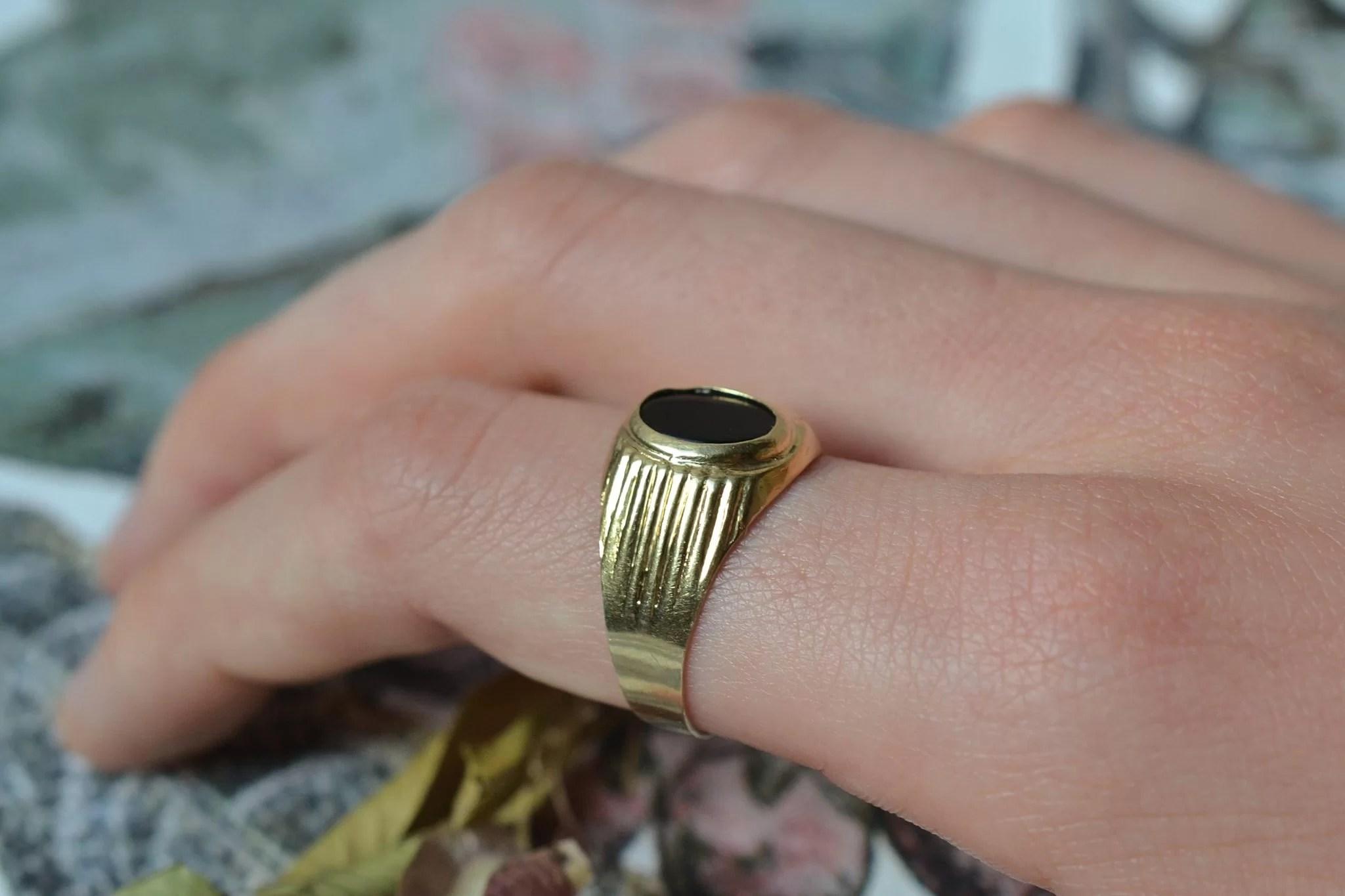 Chevalière en Or jaune sertie d_une plaque d_Onyx - bague de fiançailles Vintage