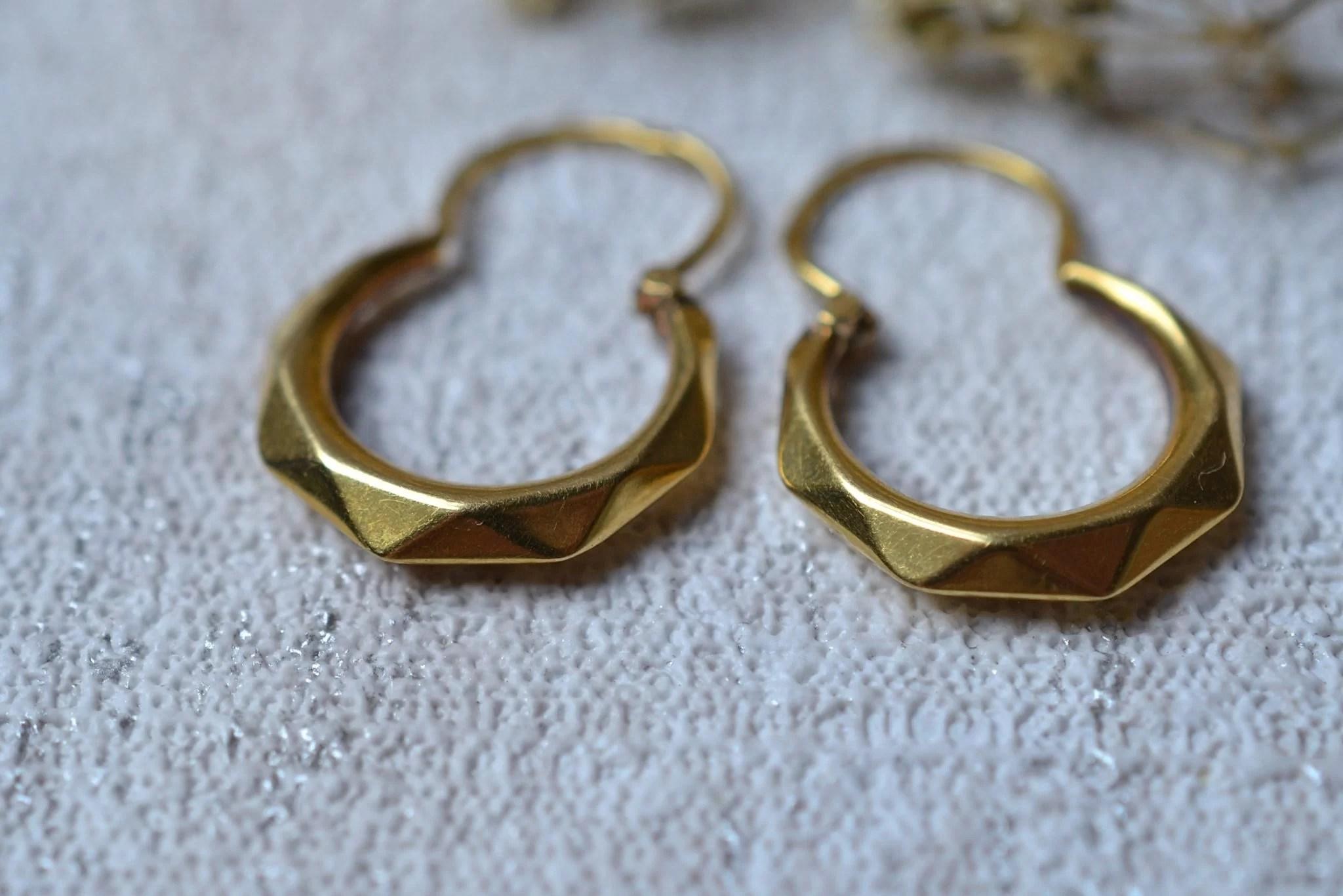 Paire de légères créoles facettées en Or jaune - boucles d_oreilles Vintage
