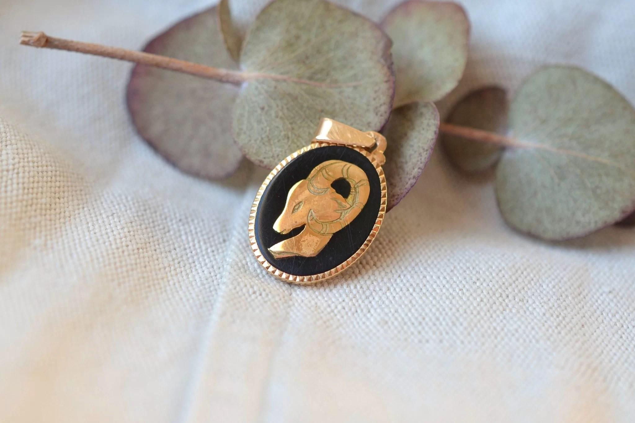 Pendentif zodiaque ,signe du Bélier en Or jaune et émail - bijou ancien