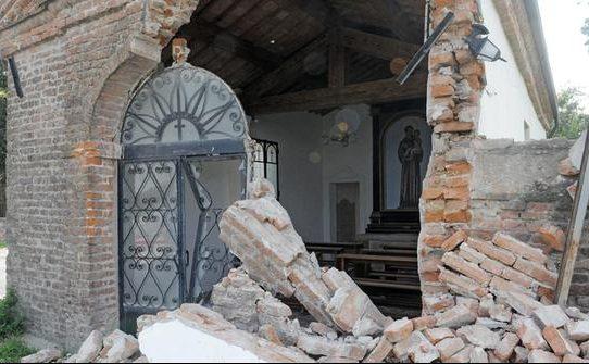 Rimorchio agricolo contro una chiesa del 700' in Veneto