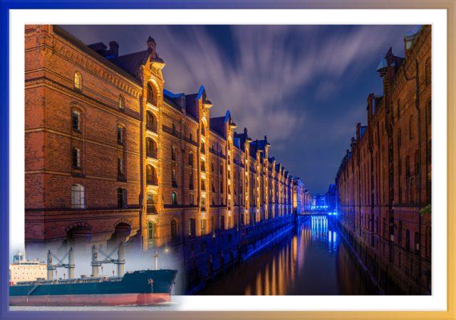 Eine Nachtaufnahme in der Speicherstadt Hamburg, in der entlang eins Kanals auf beiden Seiten die alten Gebäude der Speicherstadt zu sehen sind. Am Ende des Kanals ist eine blau leuchtende Brücke zu erkennen. Aufgrund der Langzeitbelichtung sind am Himmel die vorbei ziehenden Wolken verwischt zu sehen.
