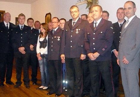 Geehrte und beförderte Kameraden der FFW Billigheim mit Bürgermeister Reinhold Berberich.