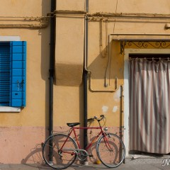 Yellow Burano house with bicycle (454F27481)
