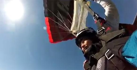 mujer-de-edad-salta-paracaidas