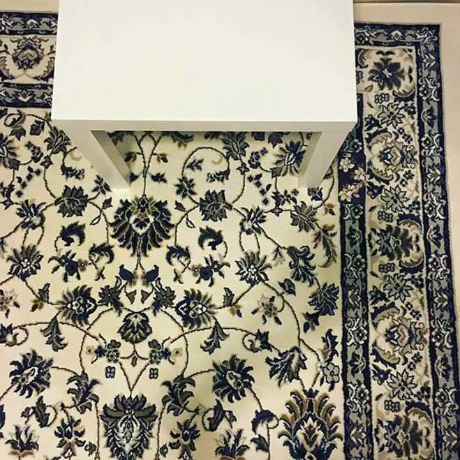 smartphone-oculto-sobre-la-alfombra