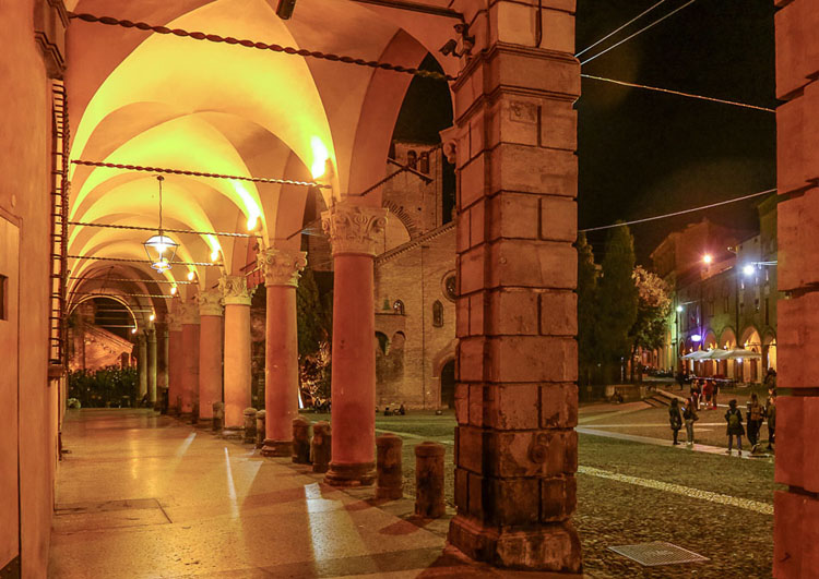 Evening in the Bologna porticoes