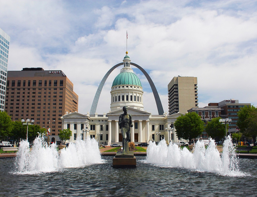 Fountain with domed courthouse and the Gateway Arch in the background