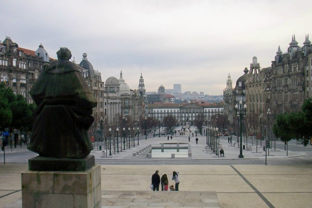 The Avenida on a foggy day (Source: AntoniusJ/Wikimedia).