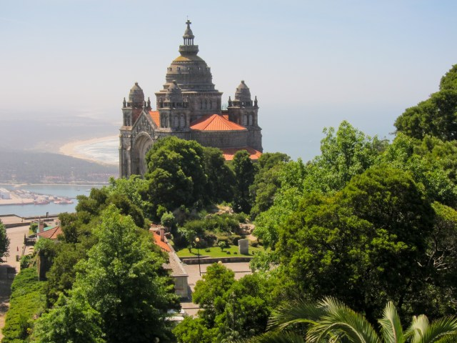 The Basilica of Santa Luzia overlooks the town of Viana do Castelo and its beautiful beaches (Source: tm).