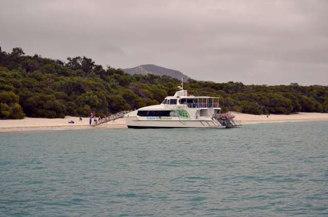 Turistická loď vás na pláž zoberie aj keď je škaredo