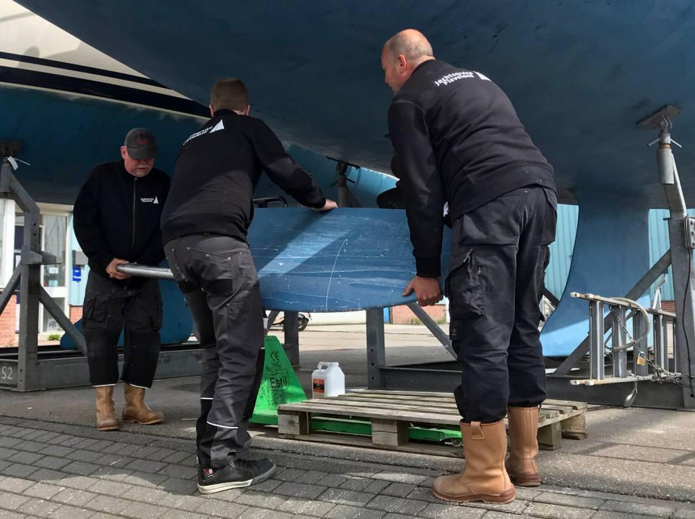 Medewerkers van Jachtservice Flevoland monteren het roer van de Nomas.