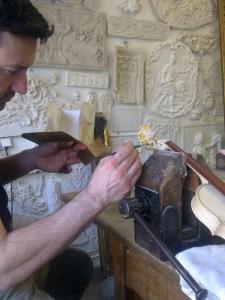Atelier du nombre d'or restaure les dorures abimées.